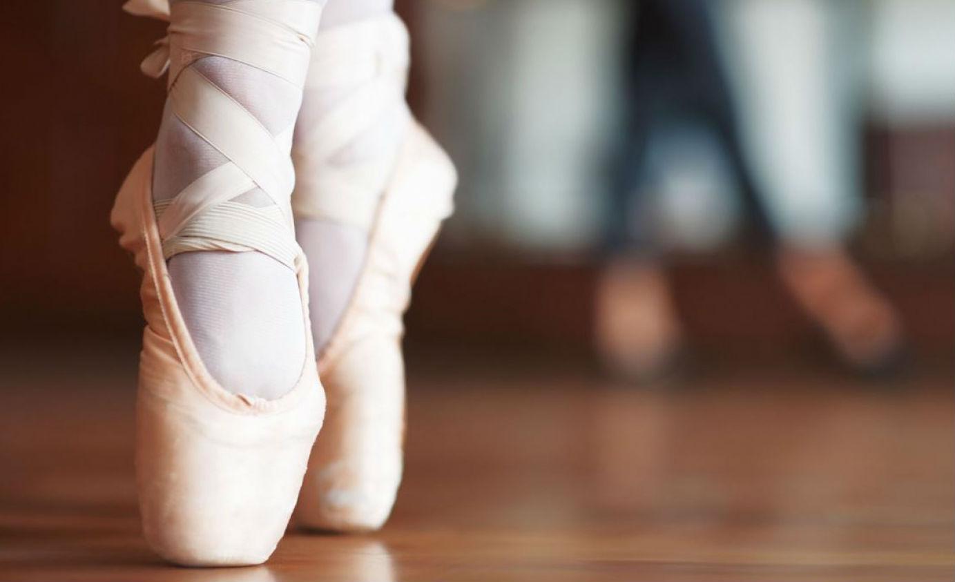 Pointe, posisi berdiri dengan tumpuan jempol pada balet